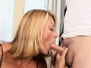 Pussy of mature cock-teaser gets unbelievable horseshit insertions