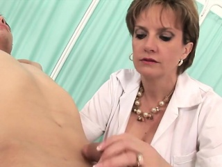 Unfaithful british milf lady sonia shows the brush broad in the beam puppies