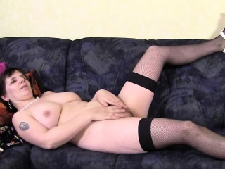 Dabbler full-grown mommy plays not far from he Alma from 1fuckdatecom