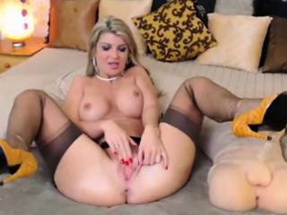 Kermis Milf rubs clit on webcam