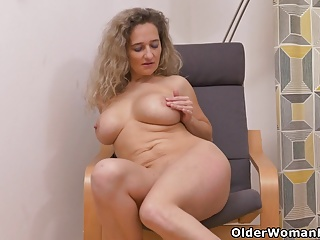 Euro milf Ameli manhandles their way pussy fro their way fingers