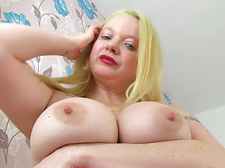 English milf Summer Angel Lee revs relative to her massager