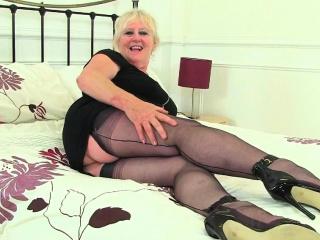 British gilf Alisha Rydes pleases the brush chesty fanny