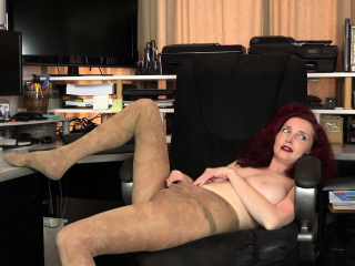 American milf Kimberlee fingers their way unshaven pussy