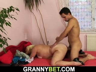 He picks up aged fair-haired from the allude together with fucks her