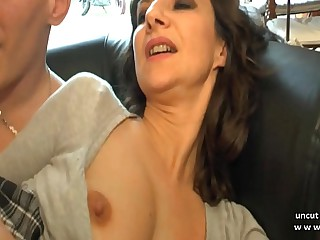 Amateur French progenitrix seduces plus gives her botheration on every side a young big dick pauper